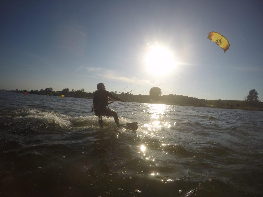 Etap 3 szkolenia kitesurfingu - start z wody, doskonalenie jazdy na halsie